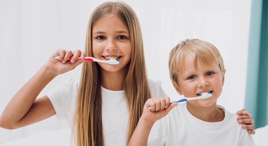 مسواک زدن و نخ دندان کشیدن در کودکان
