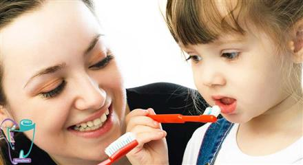 پس از آماده شدن کودک دندانها را دو بار در روز مسواک بزنید