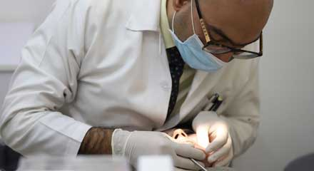 دکتر داودیان در حال ارتودنسی